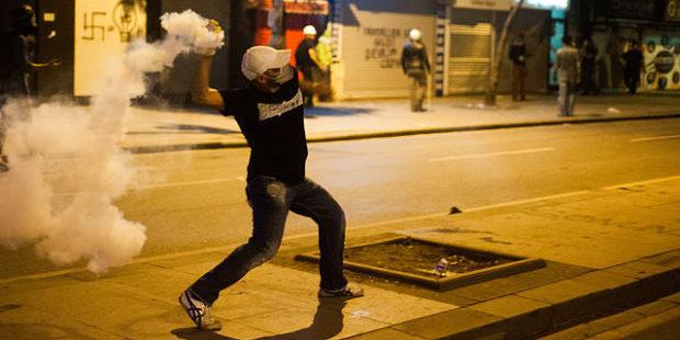 Demonstrant wirft während der Gezi-Park-Proteste 2015 von der Polizei verschossenes Tränengas zurück. Foto: Mstyslav Chernov, http://mstyslav-chernov.com/, CC BY-SA 3.0, via Wikimedia Commons