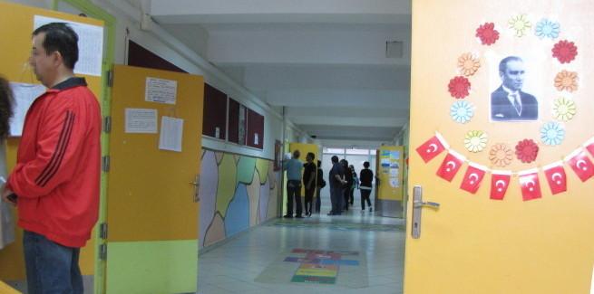 Ein Wahllokal in einer Istanbuler Grundschule. Auch hier darf Atatürk nicht fehlen.