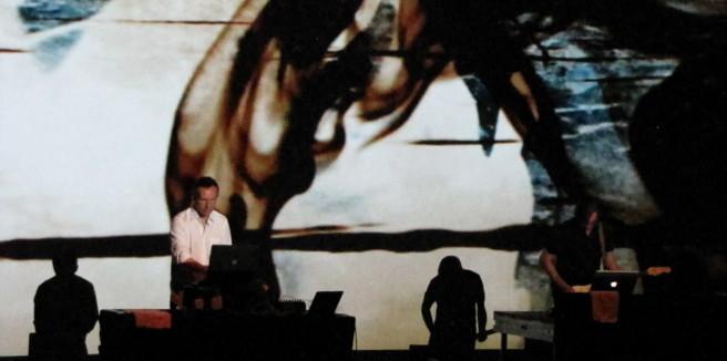 Virtuosität ohne Action: Der global arbeitende Videokünstler Lillevan bei seinem gemeinsamen Auftritt mit dem Musiker Fennesz. Foto: Ulf Schleth