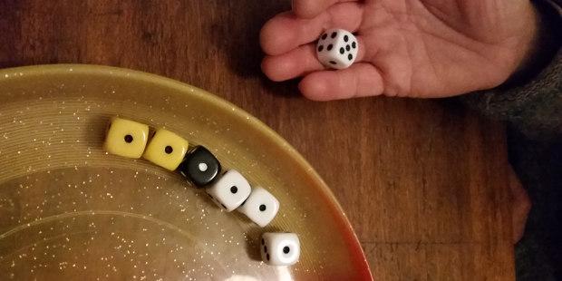 6er raus /Sechser raus - Diese Spielerin ist nun dran und muß würfeln: Risiko!