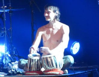 Party in Moers. James Muschler, der Trommler von Moon Hooch. Foto: Ulf Schleth