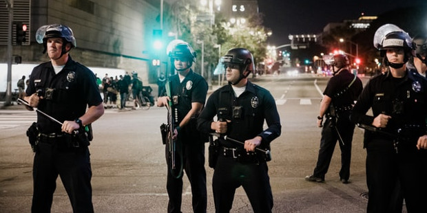 Polizisten in Los Angeles, CA, USA. Foto von Sean Lee/Unsplash