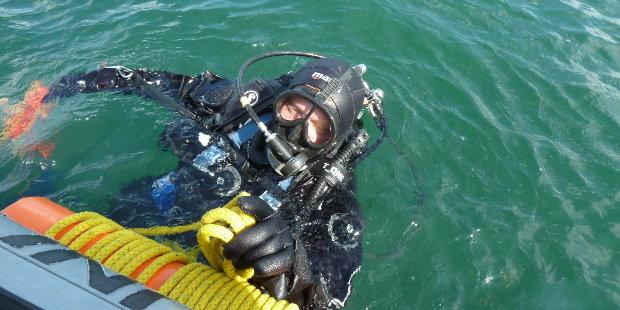 Upwelling - Forschungstaucher Ulf Schleth nimmt seinen Blub (Signalboje) entgegen | Foto: Dr. Ivo Bobsien